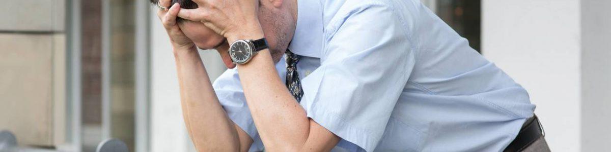 Chef d'entreprise ou cadre stressé qui se prend la tête entre les mains